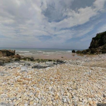 Por las piedras de la playa de Vidiago